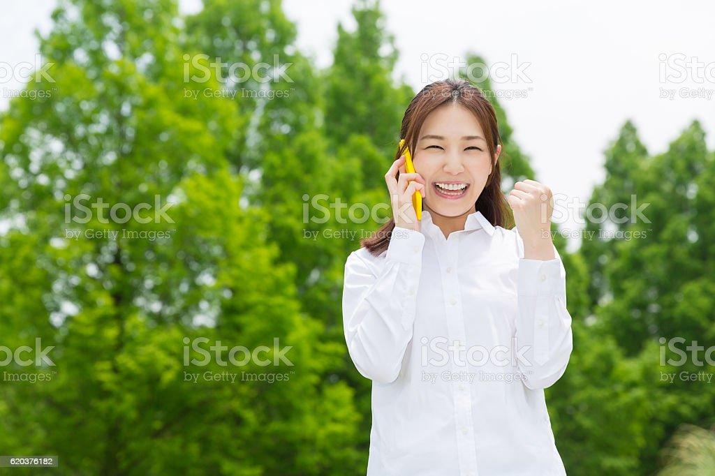 Japanese woman talking on a smart phone zbiór zdjęć royalty-free