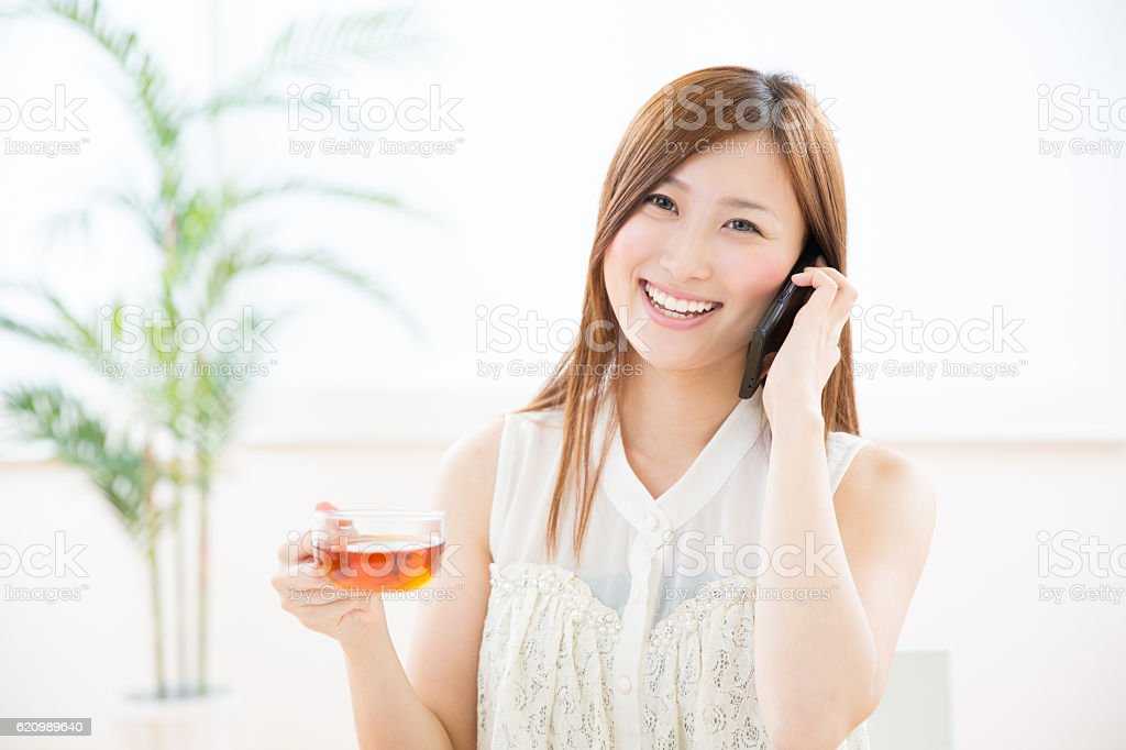 Japanese woman talking on a smart phone foto royalty-free
