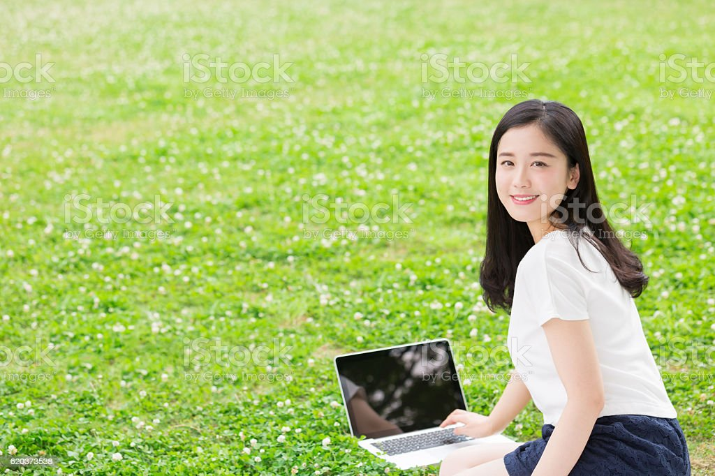Japanese woman using a laptop zbiór zdjęć royalty-free