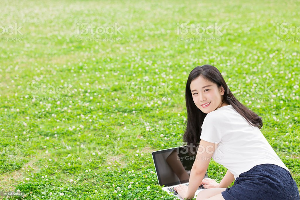 Japanese woman using a laptop zbiór zdjęć royalty-free