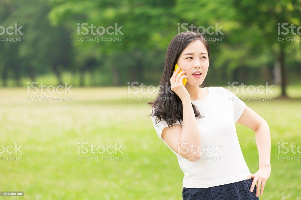 Mulher Japonesa usando um Telefone Inteligente foto de stock royalty-free