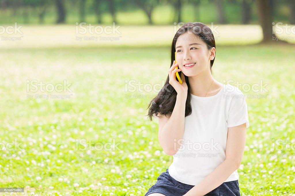 Japoński kobieta za pomocą inteligentnego telefonu zbiór zdjęć royalty-free
