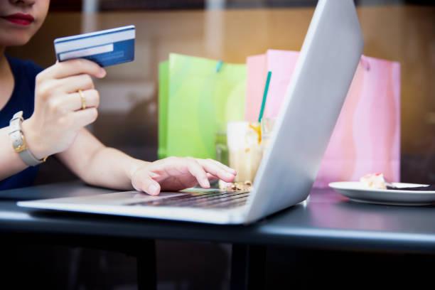 Japanerin mit ihrer Kreditkarte, Online-shopping zu tun – Foto