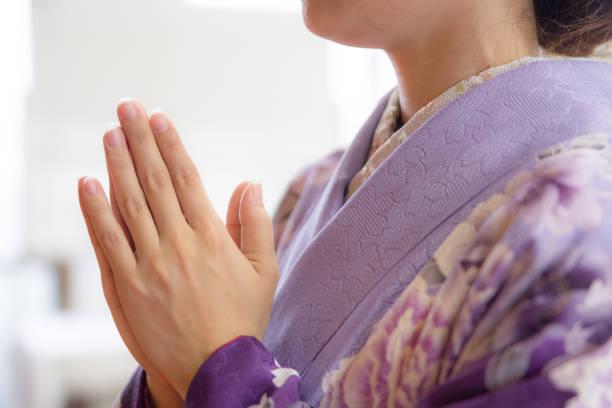 着物を着て日本の女性崇拝します。 - 寺院 ストックフォトと画像