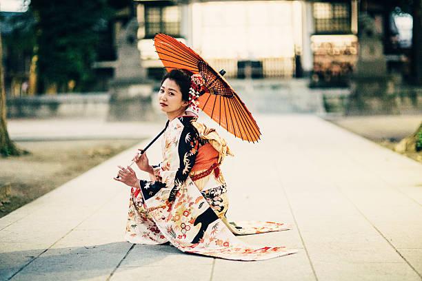 日本の女性、オイル紙傘 - kimono ストックフォトと画像