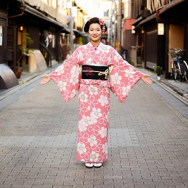 japanische frau mit offenen armen - kimono stock-fotos und bilder