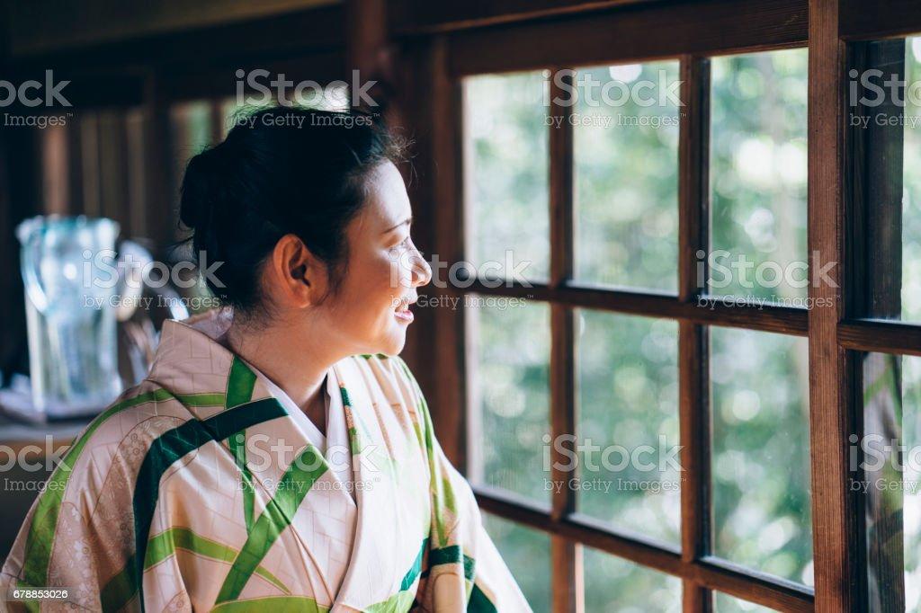 Femme japonaise avec des vêtements typiques yukata photo libre de droits
