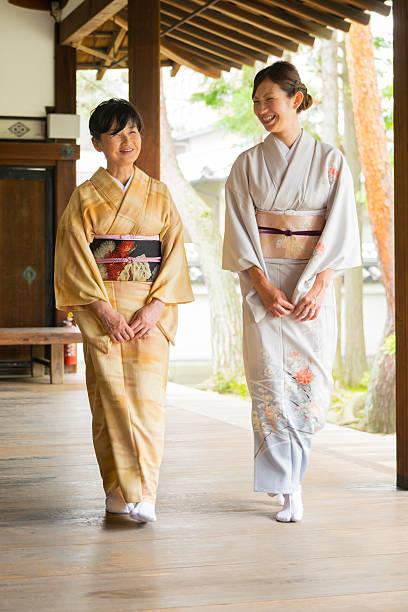 japanische frauen im tempel - kimono stock-fotos und bilder