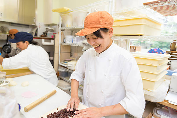 japanese women baker working in the bakery - 東洋民族 ストックフォトと画像