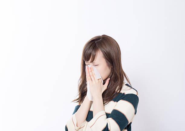 日本の女性が、ハンカチ紙 - くしゃみ 日本人 ストックフォトと画像