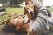 日本の女性が犬と一緒にリラックスします。