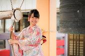 日本の女性は喜んで新年を過ごす