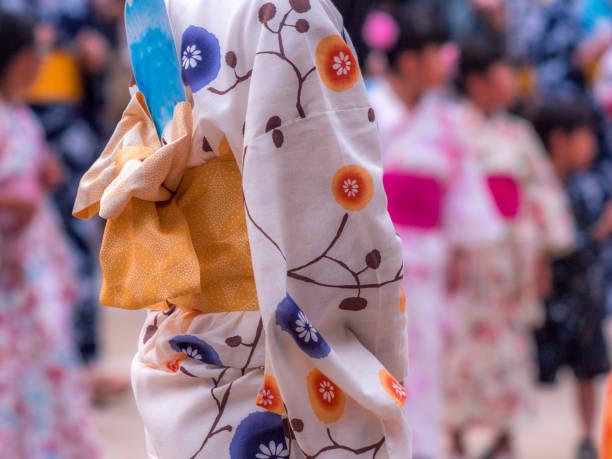 日本女性の伝統的なカジュアルな夏を身に着けているコスチューム「浴衣」「きもの」 - 伝統的な祭り ストックフォトと画像