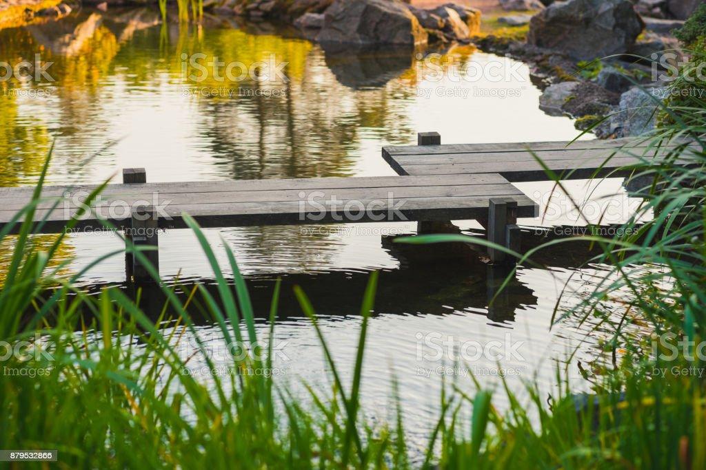 Japanische Holzbrücke über den Teich – Foto