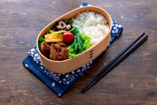 日本の木製弁当箱曲げわっぱ - 昼食 ストックフォトと画像