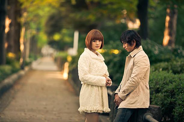 日本の若いカップル遮断出力 - 別れ ストックフォトと画像