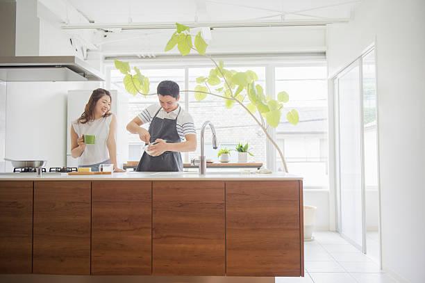 日本の若いカップル料理を - 家庭料理 ストックフォトと画像