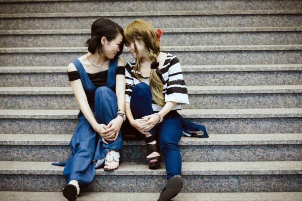 """日本の若い女性のカップル - """"gender fluid"""" ストックフォトと画像"""
