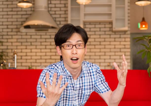 良い考えのフラッシュを持っている日本の若い男 ストックフォト
