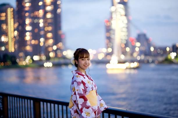 日本的年輕女子的浴衣在日落時圖像檔