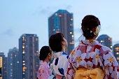 何かを見て浴衣で日本の若い女性