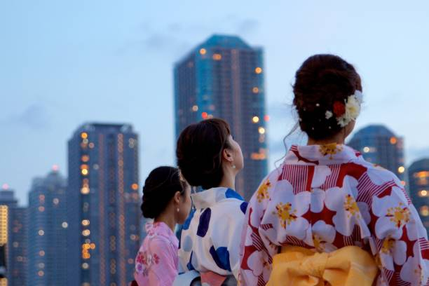 日本年輕女性在浴衣看的東西圖像檔