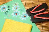 日本の浴衣、帯やサンダルを合わせましょう。