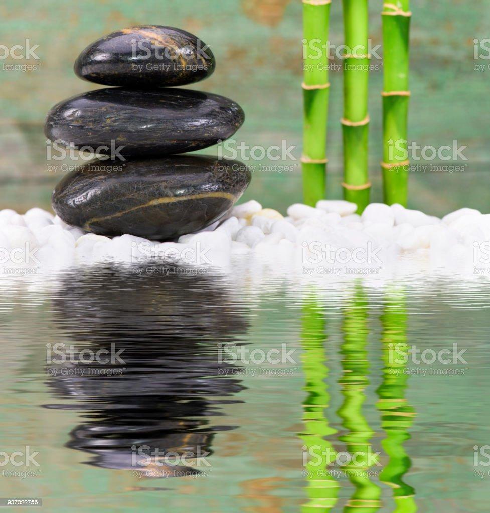 Japanischer Zen Garten Mit Gestapelten Steinen Spiegelung Im Wasser  Lizenzfreies Stock Foto
