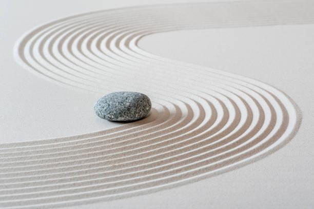 Japanischer ZEN-Garten mit Stein im Sand – Foto