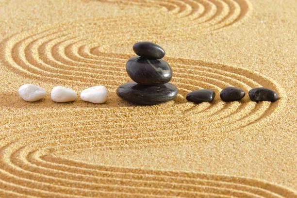 Japanischer Zen-Garten mit Stein aus strukturiertem Sand – Foto