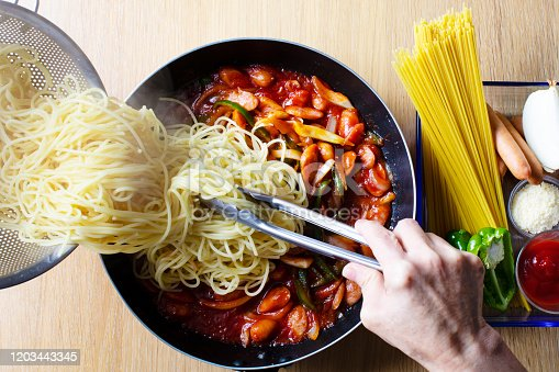 Japanese-style pasta dishes, spaghetti (Naporitan). Stir-fried peppers, onions, and wiener, add boiled spaghetti Make with ketchup.