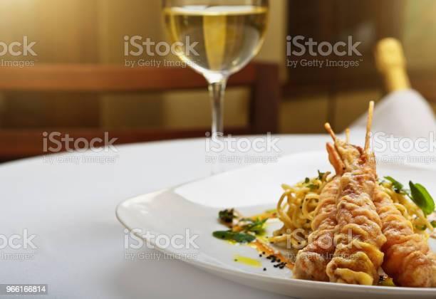 Gamberi Tempura In Stile Giapponese Con Vino Bianco Al Ristorante Di Lusso - Fotografie stock e altre immagini di Alimentazione sana