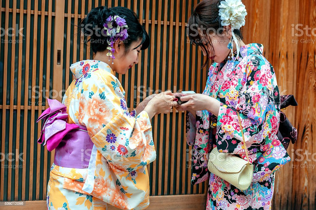 Japanisches Mädchen Im Kimono Austausch Von Visitenkarten
