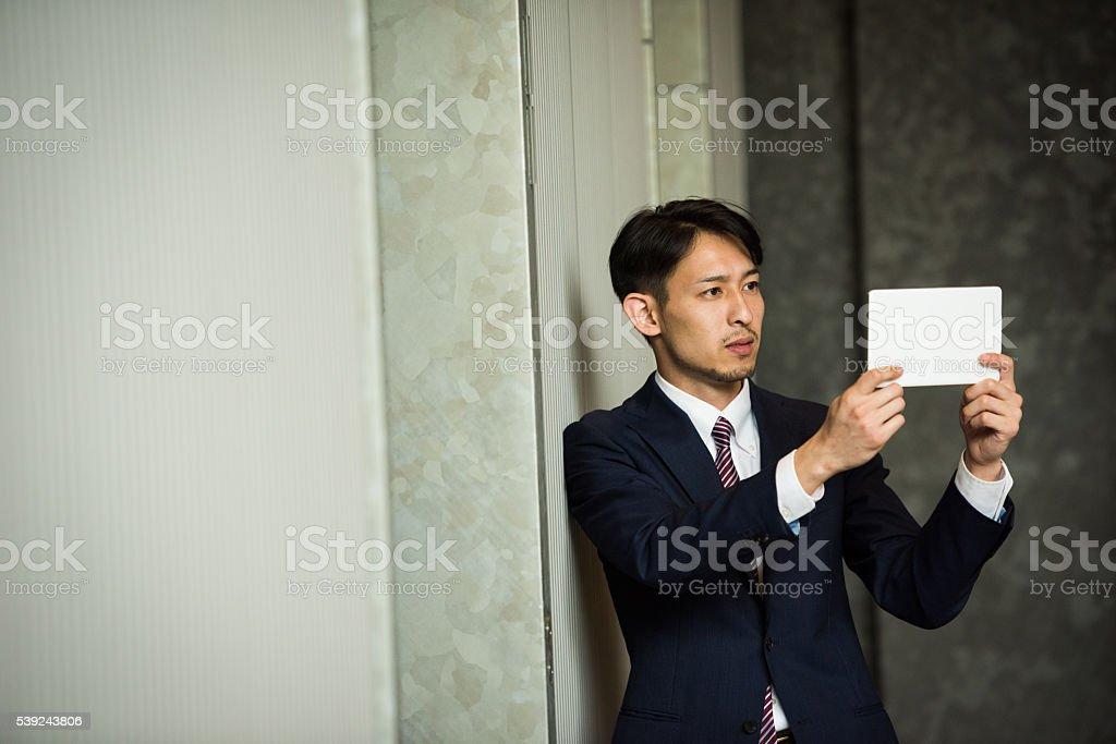 Japnese hombre de negocios usando la tableta foto de stock libre de derechos