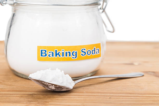 Pote y cucharada de bicarbonato de sodio para múltiples usos integral - foto de stock