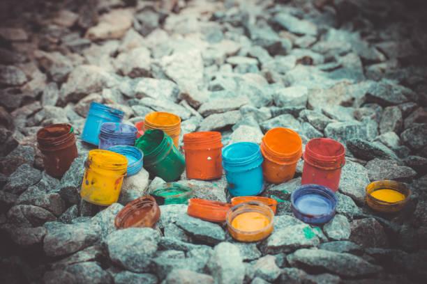 unter den lack in verschiedenen farben auf den grauen steinen jar, filtern - bemalte tontöpfe stock-fotos und bilder