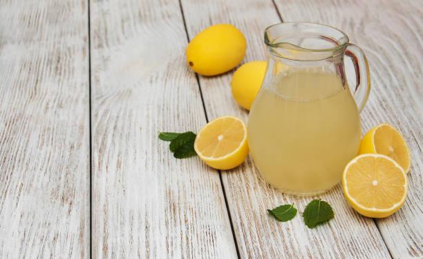 레몬 주스의 항아리 - 레모네이드 뉴스 사진 이미지