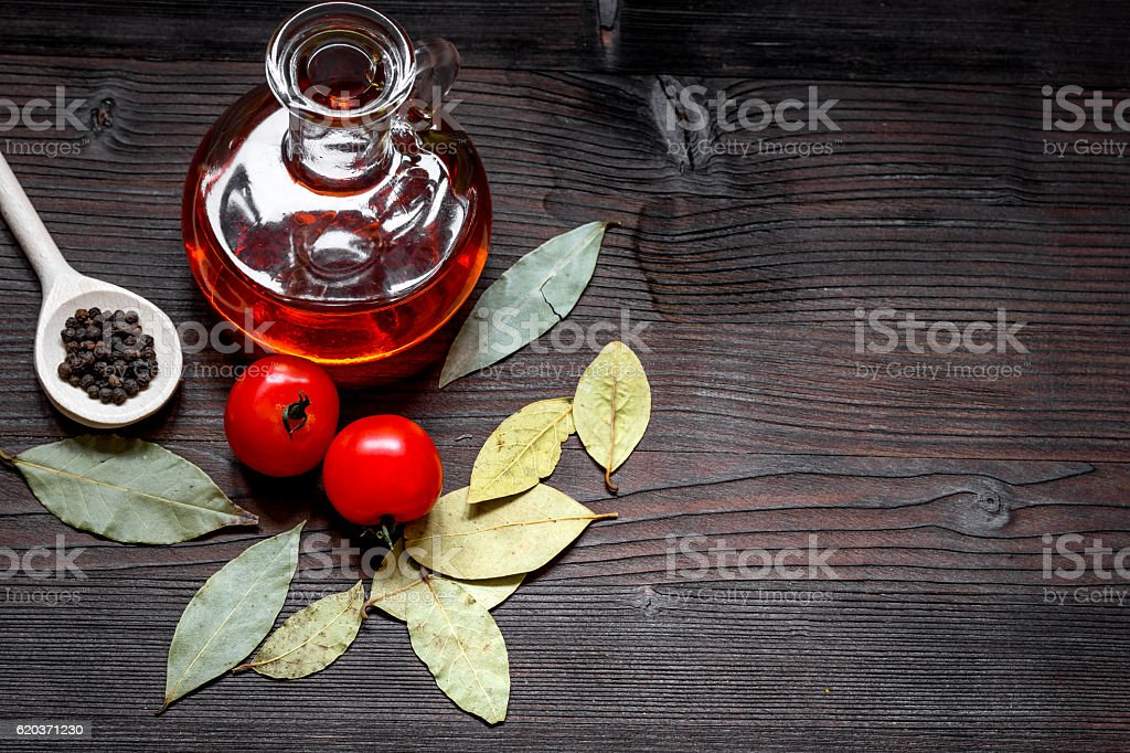 jar with oil and tomatoes on wooden background top view foto de stock royalty-free
