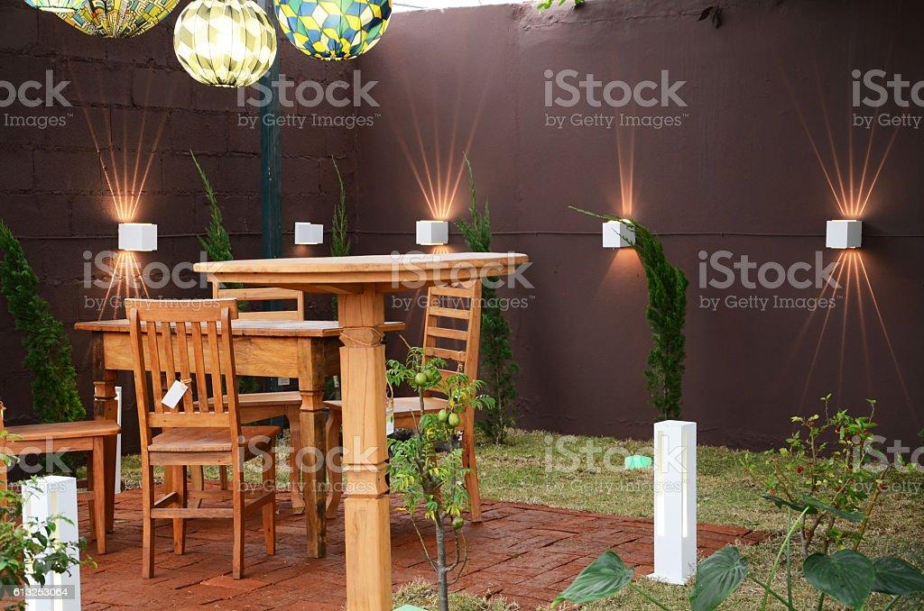 jardim de casa com moveis rusticos stock photo