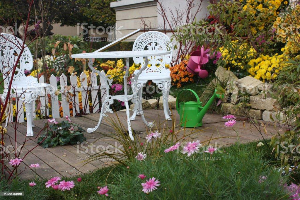 Jardin Fleuri En Automne Mobilier De Jardin Terrasse En Bois ...