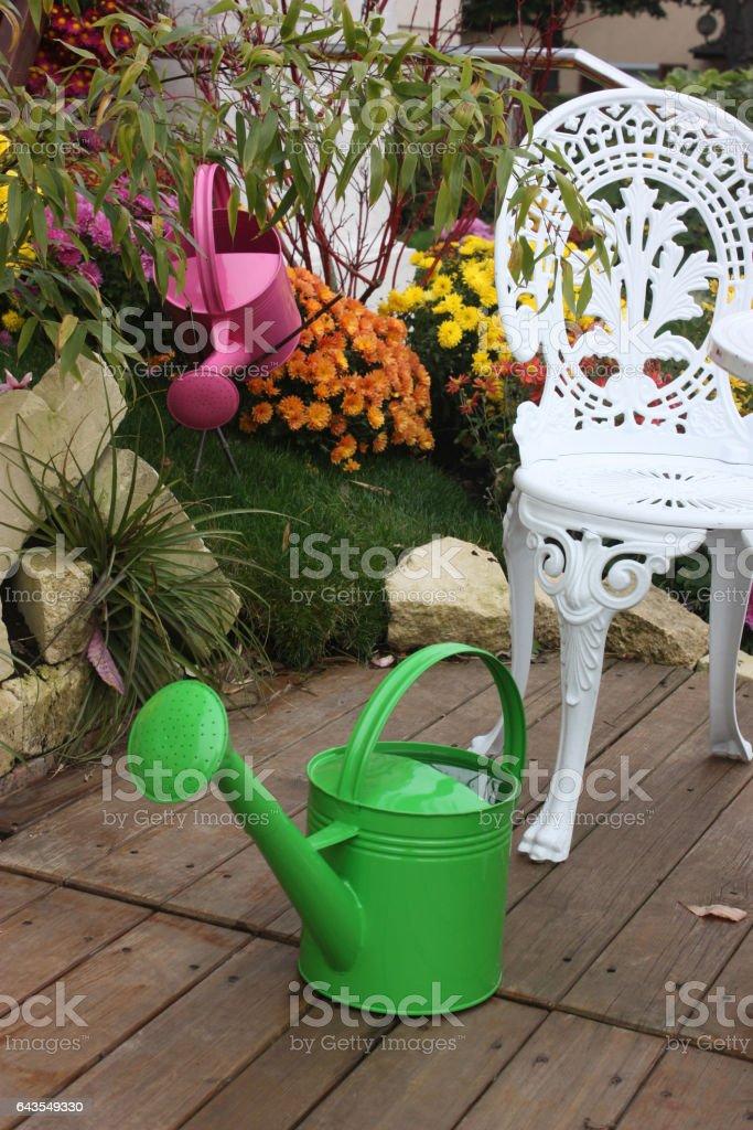 Jardin Fleuri En Automne Terrasse En Bois Stock Photo ...