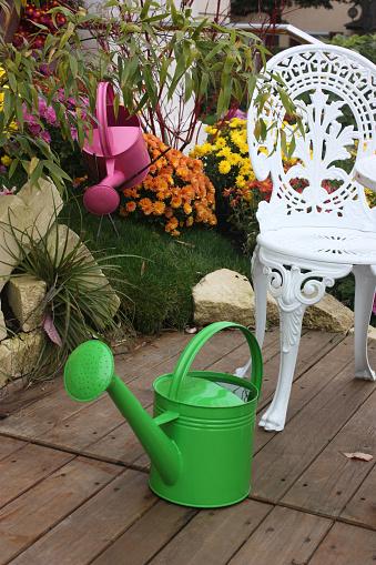 Jardin Fleuri En Automne Terrasse De Bois Stockfoto und mehr ...