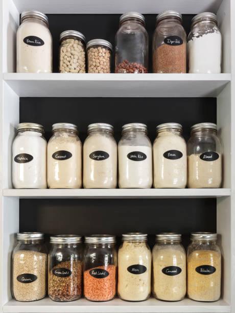 potten in de pantry - bloem stapelvoedsel stockfoto's en -beelden
