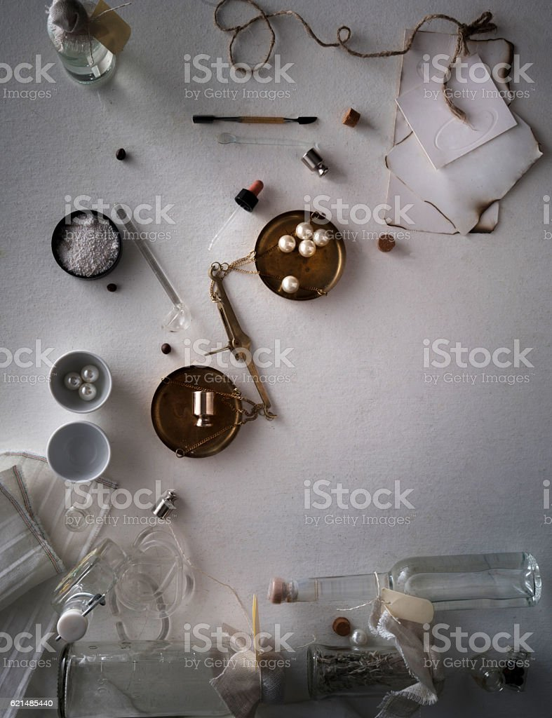 jars of powders, leaves burnt paper, scales on the table photo libre de droits