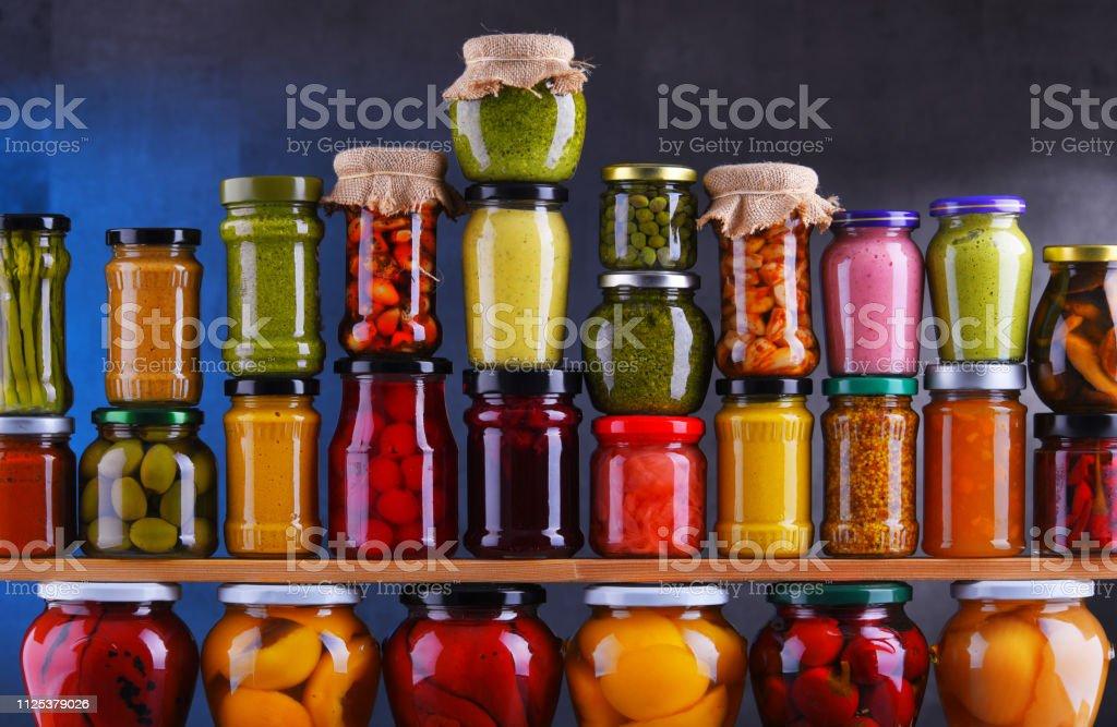 Gläser mit unterschiedlichsten eingelegtes Gemüse und Früchte – Foto