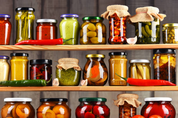 gläser mit verschiedenen eingelegtem gemüse. - küche aus paletten stock-fotos und bilder