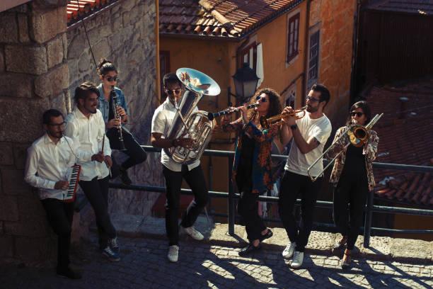 caz orkestrası rüzgar şehir sokakta oynarken enstrümanlar ile müzisyenler bir grup. - caz stok fotoğraflar ve resimler