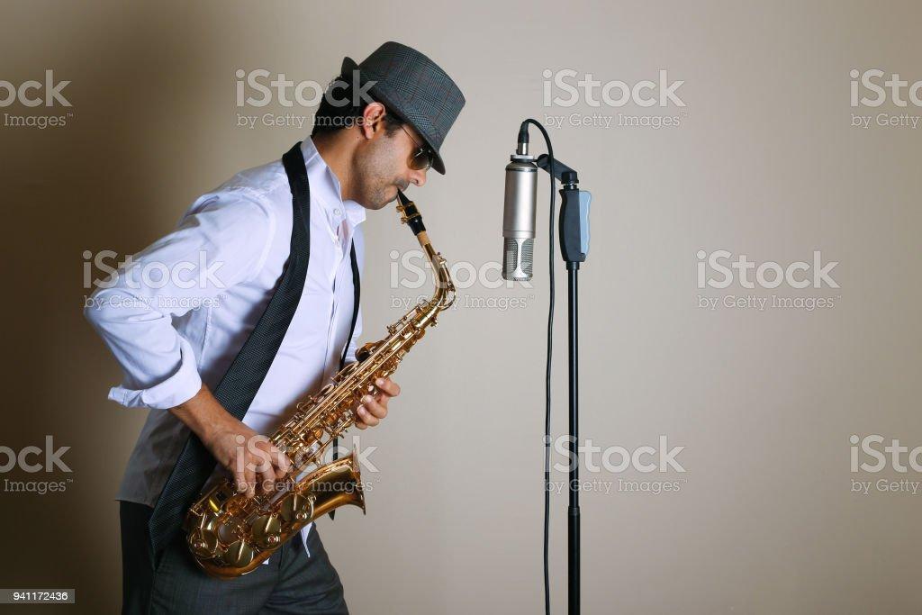 ジャズミュージ シャンサックス演奏 - 1人のストックフォトや画像を ...