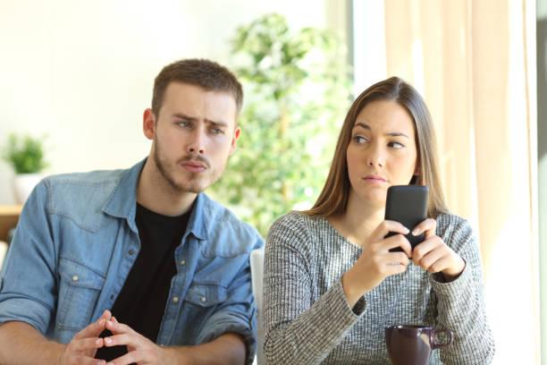 jealous boyfriend spying his girlfriend - indiscret photos et images de collection