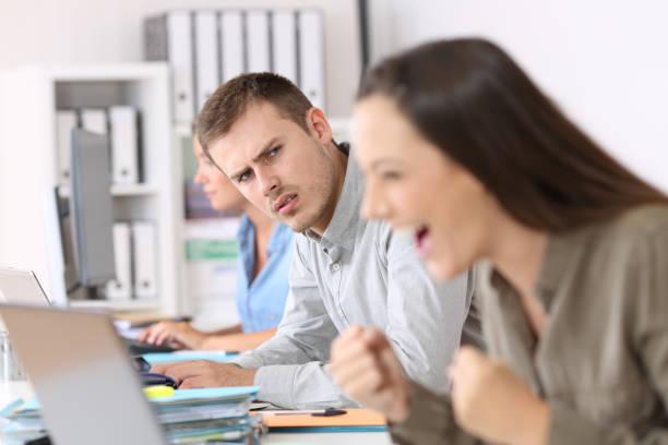 成功した同僚を見て嫉妬の従業員 - 羨望 ストックフォトと画像